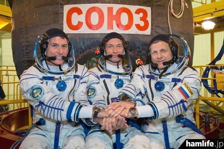写真左からシェーン・キンブロー宇宙飛行士(KE5HOD)、セルゲイ・リジコフ宇宙飛行士、アンドレイ・ボリシェンコ宇宙飛行士(ARRL NEWSより)