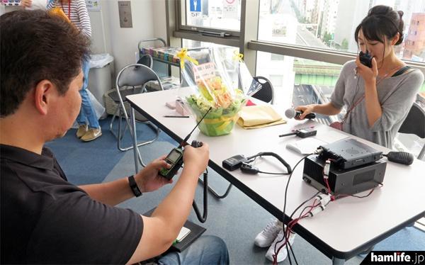 女優の松田百香(JI1NYO)がアマチュア機とデジ簡ハンディで交信をサービス