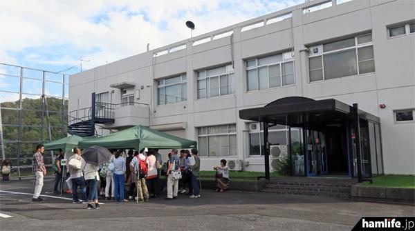 信楽MU観測所の研究棟。10月8日に行われた見学ツアーには、事前申し込みをした一般人200名(午前と午後それぞれ100名ずつ)が参加した