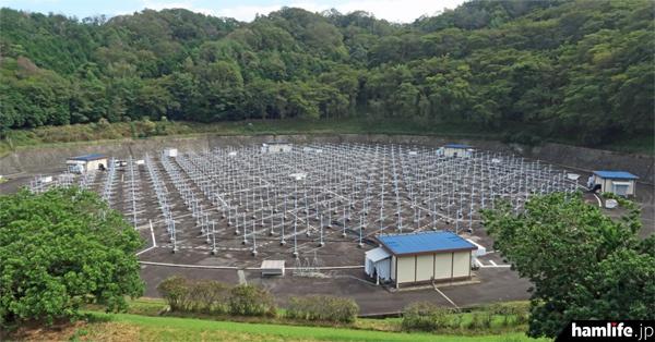 475本の八木アンテナの全景。青い屋根の建物は6つあり、475台の送受信機が分散して設置されている