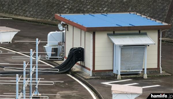 1つの建物に80台前後の送受信機が設置され、それぞれのアンテナと同軸ケーブルで結ばれている