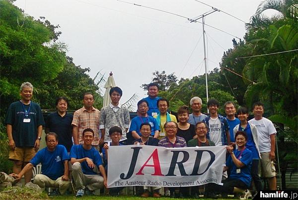 小笠原DXペディション参加者による記念撮影(JARD提供)