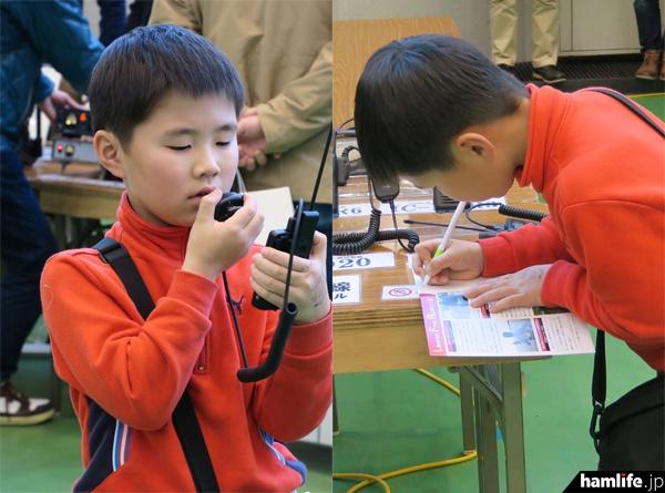 特小トランシーバーで交信する小学校2年生。交信後はちゃんとログを記載していた(保護者の許諾を得て撮影)