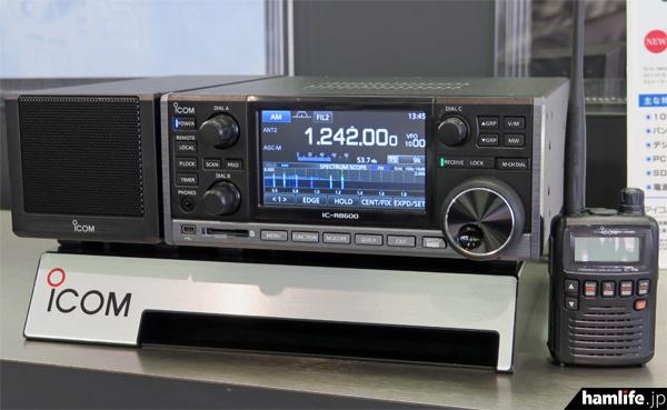会場内に実動展示された新製品の広帯域受信機、IC-R8600
