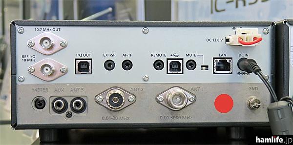 IC-R8600の背面。各種端子類が確認できる