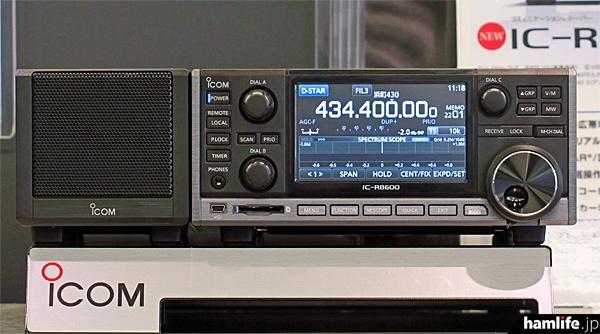 アイコムの自社イベントで実動展示された「IC-R8600」(右)と電源内蔵外部スピーカーのSP-39AD(左)