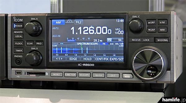 中波放送バンドを受信中のIC-R8600。リアルタイムスペクトラムスコープは500kHz~2000kHzを表示するように設定