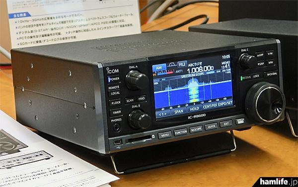 IC-R8600の左側面。リアルタイムスペクトラムスコープは受信周波数の前後100kHzを表示するように設定