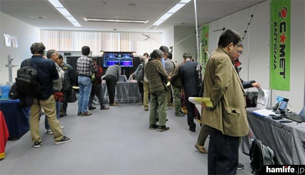 別室に設けられた展示コーナー。IC-7610やD-STAR機器のデモンストレーションのほか、協賛アンテナメーカーの展示が行われた