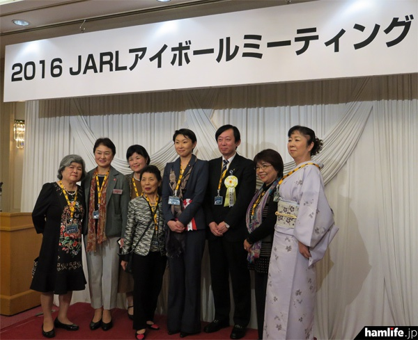 髙尾会長や小渕優子氏との記念写真を撮る出席者も多かった