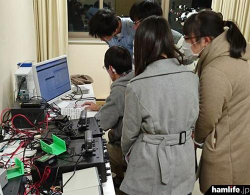 ビーコンの受信準備に余念がない、静岡大学の学生たち(写真:JR2BEF 鈴木康之教授提供)