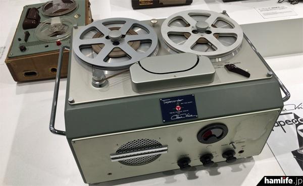 東京通信工業時代の1950年に開発された国産初のテープレコーダー、G型。磁性体を塗った紙テープを使用。速記者不足に悩んでいた裁判所などに納入されたという