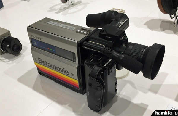 カメラ部分とビデオレコーダーが一体型になったベータムービー第1号機(1983年)